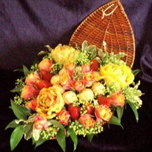 цветы, букет, корзинка с цветами и клубникой, букет в виде сердца